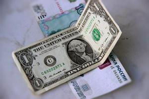 Доллар торгуется у отметки 66 рублей