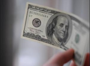 Доллар торгуется ниже 65 рублей