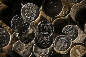 Рубль снижается на открытии