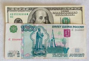 Рубль слабеет в паре с долларом