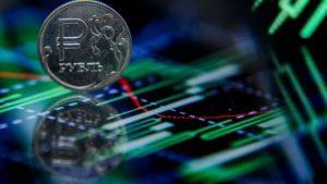 Российский рубль растет на открытии торгов